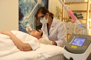 Kĩ thuật viên spa là người mang dịch vụ của spa tới khách hàng